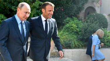 Sambil Berlutut, Putin Beri Bunga kepada Istri Presiden Prancis