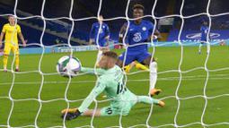 Penyerang Chelsea, Tammy Abraham, mencetak gol ke gawang Barnsley pada laga Piala Liga Inggris di Stadion Stamford Bridge, Kamis (24/9/2020). Chelsea menang dengan skor 6-0. (AP Photo/Neil Hall)
