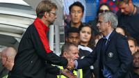 Pertemuan Jose Mourinho dan Jurgen Klopp berakhir kemenangan untuk Liverpool pada laga lanjutan Liga Premier Inggris di Stamford Bridge. (AFP Photo/Justin Tallis)