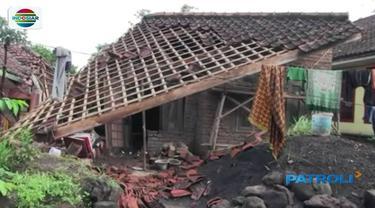Gempa 6,9 Skala Richter (SR) yang mengguncang Pulau Jawa membuat ambruk rumah milik Aan warga Awiluar, Kecamatan Kawalu, Kota Tasikmalaya.