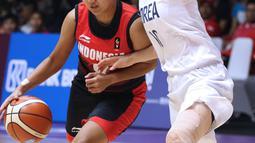 Pebasket putri Indonesia, Nathassa Debby Christaline (kiri) menghindari kawalan pemain Korea, Park Hana pada babak penyisihan Grup X Basket Putri Asian Games 2018 di Jakarta, Rabu (15/8). Indonesia kalah 40-108. (Liputan6.com/Helmi Fithriansyah)