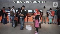 Calon penumpang melakukan check in di Stasiun Pasar Senen, Jakarta, Senin (17/2/2020). Tiket Mudik Lebaran 2020 sudah dapat dipesan melalui website PT KAI, aplikasi KAI Access, loket di stasiun keberangkatan, dan seluruh saluran penjualan resmi PT KAI lainnya. (merdeka.com/Iqbal Nugroho)