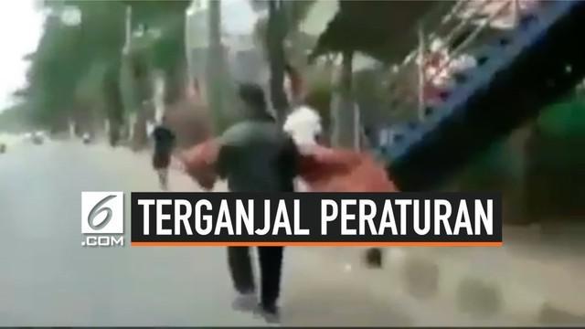 Terganjal peraturan Puskesmas di Cikokol, Tanggerang, seorang paman harus membopong jenazah keponakannya keluar dari Puskesmas tanpa menggunakan kendaraan. Hal ini menarik perhatian masyarakat sekitar.
