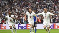 Pemain Inggris Luke Shaw, kanan, merayakan dengan pemain Inggris Harry Kane, tengah, dan pemain Inggris Raheem Sterling setelah mencetak gol pembuka timnya selama pertandingan final sepak bola Euro 2020 antara Inggris dan Italia di stadion Wembley di Lond