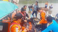 Basarnas Pekanbaru mengevakuasi jasad nelayan pencari ketam yang diduga diterkam buaya di Sungai Bakau Aceh, Indragiri Hilir. (Liputan6.com/Dok Basarnas Pekanbaru/M Syukur)