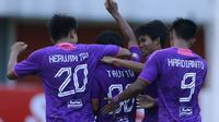 Para pemain Persita Tangerang merayakan gol penyeimbang 1-1 yang dicetak oleh gelandang Taufiq Febriyanto ke gawang Bali United dalam laga matchday ke-3 Grup D Piala Menpora 2021 di Stadion Maguwoharjo, Sleman, Jumat (2/4/2021). Persita bermain imbang 1-1