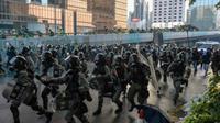 Polisi anti huru hara bergerak membubarkan demonstran pro demokrasi Hong Kong pada aksi protes terbaru akhir pekan, Minggu 15 September 2019 (AFP)