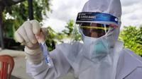 Tenaga medis di Puskesmas Balai Agung Musi Banyuasin Sumsel, menunjukkan tabung rapid test antigen (Liputan6.com / Nefri Inge)