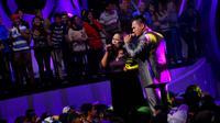 Saiful Jamil duet bersama Aty D'Academy di panggung Studio 5 Indosiar, Minggu (9/3/2014). ( foto : Miftahul Hayat )