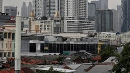 Suasana gedung bertingkat dengan langit berawan hitam di kawasan Sudirman, Jakarta, Rabu (23/11). BMKG memperkirakan puncak musim hujan di Jakarta diprediksi terjadi sepanjang Januari hingga Februari 2019. (Liputan6.com/Faizal Fanani)