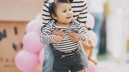 Sea dan Ryshaka terpaut usia empat tahun. Dalam foto-foto yang dibagikan Sharena, Ryshaka terlihat sering bermain dan bahkan menggendong Sea. (Liputan6.com/IG/@mrssharena)