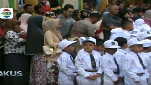 Selain mengikuti upacara di tahun ajaran baru ini, para orangtua murid di Aceh juga masuk ke dalam kelas.