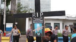 Koalisi Pekerja Korban Ketidakadilan Freeport Indonesia menggelar unjuk rasa di depan Kedubes AS, Jakarta, Kamis (27/12) Mereka menuntut  tanggungjawab atas dugaan pelanggaran HAM oleh PT Freeport Indonesia dan CEO Freeport. (Liputan6.com/Angga Yuniar)