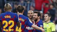 Bintang Barcelona Lionel Messi dan rekan-rekannya merayakan gol ke gawang Eibar dalam lanjutan Liga Spanyol di Camp Nou, Sabtu (22/2/2020). Barcelona menang 5-0. (AP Photo/Joan Monfort)