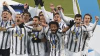 Para pemain Juventus melakukan selebrasi usai menjuarai Piala Super Italia melawan Napoli di Stadion Mapei di Reggio Emilia, Italia, Kamis (21/1/2021).  Juventus memenangkan pertandingan tersebut dengan skor 2-0. (AP Photo / Antonio Calanni)
