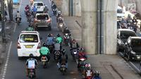 Sejumlah pengendara sepeda motor melawan arus lalu ketika melintasi Jalan Ciledug Raya, Jakarta, Kamis (5/4). Perilaku tidak disiplin pengendara motor tersebut menjadi salah satu penyebab kemacetan dan kecelakaan lalu lintas. (Liputan6.com/Arya Manggala)