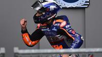Pembalap KTM Tech3, Miguel Oliveira, berhasil menjadi juara pada balapan MotoGP Styria yang berlangsung di Sirkuit Red Bull Ring, Minggu (23/8/2020). (AFP/Joe Klamar)