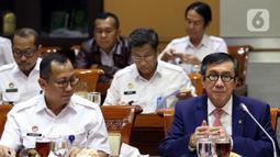 Menkumham Yasonna Laoly (kanan) didampingi jajarannya mengikuti rapat kerja dengan Komisi III DPR RI di Kompleks Parlemen, Jakarta, Kamis (28/11/2019). Rapat membahas rencana strategis Kemenkumham, hasil pemeriksaan BPK RI semester I tahun 2019, dan tindak lanjut RUU. (Liputan6.com/Johan Tallo)