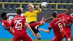 Striker Borussia Dortmund, Julian Brandt, bebrebut bola dengan pemain Bayern Munchen pada laga pekan ke-28 Bundesliga di Stadion Signal Iduna Park, Selasa (26/5/2020) waktu setempat. Bayern Munchen menang 1-0 atas Borussia Dortmund. (AFP/Federico Gambarini/Pool)