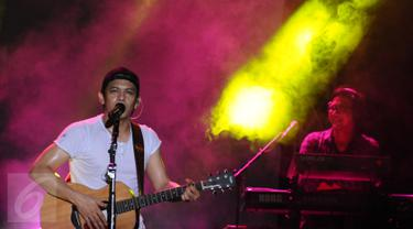 Vokalis grup band NOAH, Ariel saat tampil menghibur usai perhelatan Achilles Motorsport Festival 2015 di JIExpo Kemayoran Jakarta, Sabtu (19/12/2015). Sekitar satu jam NOAH tampil memukau penggemarnya. (Liputan6.com/Helmi Fithriansyah)
