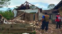 Tim PMI Kabupaten Malang mendata korban jiwa dan kerusakan bangunan akibat gempa bumi berkekuatan 6.1 SR di Malang pada Sabtu, 10 April 2021 (PMI Kabupaten Malang)