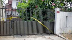 Suasana rumah korban kasus istri bunuh dan bakar suami serta anak tiri di Jalan Lebak Bulus 1, Kavling 129 B Blok U-15, Cilandak, Jakarta, Selasa (3/9/2019). Korban Edi Chandra Purnama dan anaknya M Adi Pradana dibunuh oleh istri sekaligus ibu tiri, Aulia Kesuma. (Liputan6.com/Faizal Fanani)