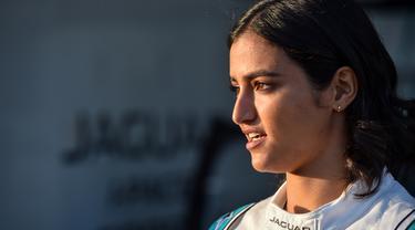 Pembalap perempuan pertama Arab Saudi, Reema al-Juffali, berbicara dalam wawancara dengan AFP di Diriyah, Riyadh, 20 November 2019. Reema akan tampil dalam ajang balap mobil listrik di Diriyah, setahun setelah pemerintah mencabut larangan bagi kaum hawa duduk di balik kemudi. (FAYEZ NURELDINE/AFP)