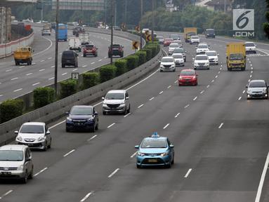 Kendaraan melintas di Jalan Tol Jakarta-Cikampek, Selasa (13/3). PT Jasa Marga (Persero) Tbk mencatat, pelaksanaan ganjil genap ini berdampak pada lancarnya jalan tol Jakarta-Cikampek. (Liputan6.com/Arya Manggala)