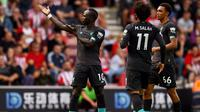 Winger Liverpool Sadio Mane (kiri) merayakan gol ke gawang Southampton pada partai Liga Inggris di St Mary's Stadium, Sabtu (17/8/2019). (Twitter LFC)