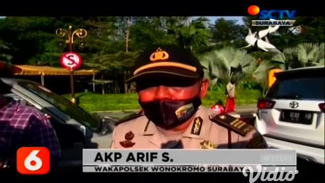 Seorang anggota polisi di Surabaya menolak tunjukkan identitasnya, ketika tengah diperiksa oleh petugas gabungan TNI-Polri,  akibat tidak mematuhi protokol kesehatan yang sesuai dengan standar pencegahan Covid-19.