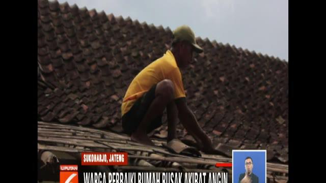 Di Kelurahan Jetis dan Gayam, Kecamatan Sukoharjo, sebagian warganya kini masih sibuk memperbaiki rumah yang rusak akibat terpaan angin kencang.