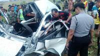 Petugas berusaha mengevakuasi korban yang terjepit bodi mobil yang ringsek tertabrak kereta api di Pemalang. (Foto: Liputan6.com/Polres Pemalang/Muhamad Ridlo)