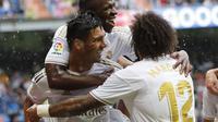 Gelandang Real Madrid Casemiro (kiri) bersama rekan setimnya merayakan gol ke gawang Levante pada pekan keempat Liga Spanyol di Santiago Bernabeu, Sabtu (14/9/2019). Real Madrid menang 3-2. (AP Photo/Bernat Armangue)