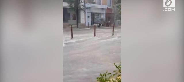 Ratusan petugas yang didukung oleh helikopter mengevakuasi sekitar 1.600 orang. Sebagian besar korban banjir mengungsi, di tiga wilayah Prancis selatan.