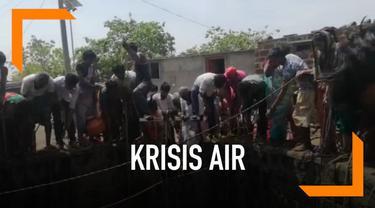 Krisis air dialami warga Desa Chimmegaon, India. Warga pun berebutan ketika bantuan air dari pemerintah datang.