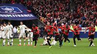 PSG gagal merengkuh gelar Coupe de France setelah takluk dari Rennes lewat adu penalti di Stade de France, Minggu dini hari WIB (28/4/2019). (AFP/Anne-Christine Poujoulat)