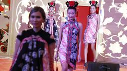 """Model berjalan di cat walk mengenakan busana rancangan desainer Anne Avantie dalam peragaan bertajuk Pecinan Jaman Now di Mal Taman Anggrek, Jakarta, Jumat (9/2). Tahun ini, tema yang diusung adalah """"Kampoeng Imlek"""".(Liputan6.com/Immanuel Antonius)"""