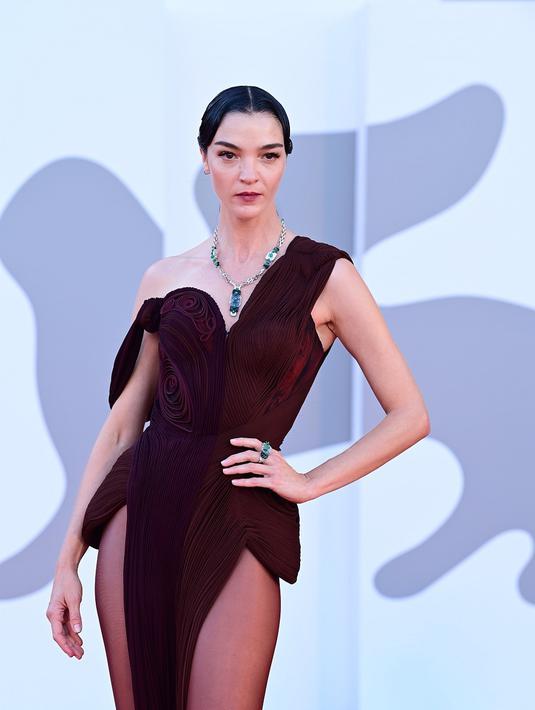 Model dan aktris Italia, Mariacarla Boscono tampil menawan di karpet merah Festival Film Venesia 2021 dalam balutan gaun merah dari Jean Paul Gaultier dan perhiasan dari Cartier. (dok Cartier).