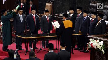 Sekjen Gerindra Ahmad Muzani (dua kiri), Wasekjen PDIP Ahmad Basarah (tiga kiri), dan Ketua Umum PKB Muhaimin Iskandar (empat kiri) disumpah oleh Ketua MA Muhammad Hatta Ali dalam Sidang Paripurna MPR, Jakarta, Senin (26/3). (Liputany6.com/JohanTallo)