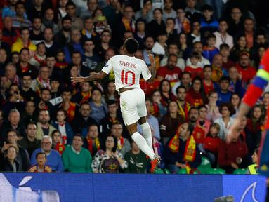 Striker Inggris, Raheem Sterling berselebrasi usai mencetak gol ke gawang Spanyol pada pertandingan  Grup 4 UEFA Nations League 2018 di stadion Benito Villamarin, Sevilla (15/10). Sterling mencetak dua gol di pertandingan ini. (AP Photo/Miguel Morenatti)