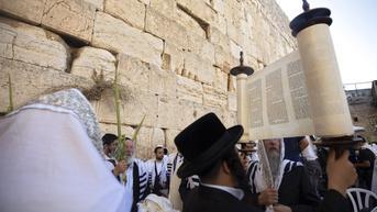 FOTO: Yahudi Ultra-Ortodoks Peringati Hari Raya Sukkot di Yerusalem