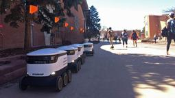 Robot pengantar makanan menunggu pesanan di kampus Northern Arizona University, di Flagstaff, Arizona, Amerika Serikat, Senin (25/3). Robot-robot tersebut bisa mengantarkan ratusan pesanan setiap harinya. (Svea Conrad/Arizona Daily Sun via AP)