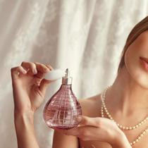 Sudah pakai parfum sebotol tapi tetap merasa nggak wangi? Ada yang salah dengan cara kamu memakai parfum tuh. (Foto: aos.iacpublishinglabs.com)