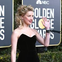 Amber Hear mengenakan pita Time's Up X2 di gelaran Golden Globes 2019. (Frazer Harrison / GETTY IMAGES NORTH AMERICA / AFP)