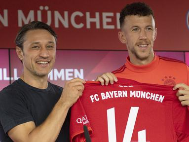 Gelandang baru Bayern Munchen, Ivan Perisic berpose dengan pelatih Niko Kovac  selama pengenalan dirinya di Munich, Jerman (14/8/2019). Munchen resmi mengontrak pemain Kroasia ini dari klub Italia, Inter Milan dengan status pinjaman. (AFP Photo/Daniel Kopatsch)