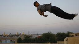 Seorang Traceur (sebutan untuk penggiat Parkour) sedang melakukan aksi Parkour berupa terjun bebas, Irak, Rabu (14/05/2014) (AFP PHOTO/HAIDER HAMDANI).