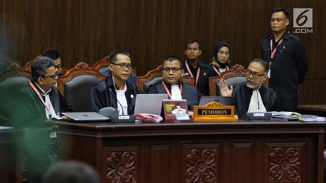 Tim kuasa hukum paslon 02 Prabowo Subianto-Sandiaga Uno selaku pemohon mengikuti sidang perdana sengketa Pilpres 2019 di Mahkamah Konstitusi (MK), Jakarta, Jumat (14/6/2019). Sidang perdana tersebut memiliki agenda pembacaan materi gugatan dari pemohon. (Lputan6.com/Johan Tallo)