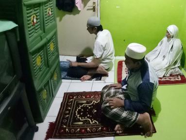 Warga melakukan ibadah shalat tarawih berjamah dirumah di kawasan Tangerang, Rabu (29/4). Pemerintah melalui kementrian agama menghimbau bagi masyarakat agar melaksanakan ibadah tarawih dirumah bersma keluarga untuk memutus rantai penyebran covid 19.Liputan6.com/Angga Yuniar