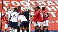Insiden kartu merah yang diterima pemain Manchester United, Anthony Martial, usai dianggap melanggar pemain Tottenham, Erik Lamela, dalam lanjutan Liga Inggris 2020/2021. (Carl Recine/Pool via AP)