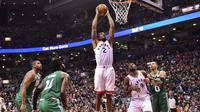 Kawhi Leonard melakukan dunk saat Raptors mengalahkan Celtics di laga NBA (AP)